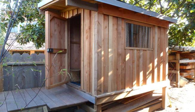 Cabane en bois naturel pour enfants
