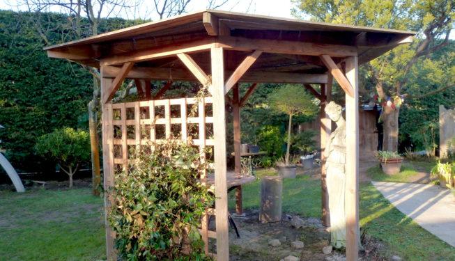 Kiosque en bois naturel